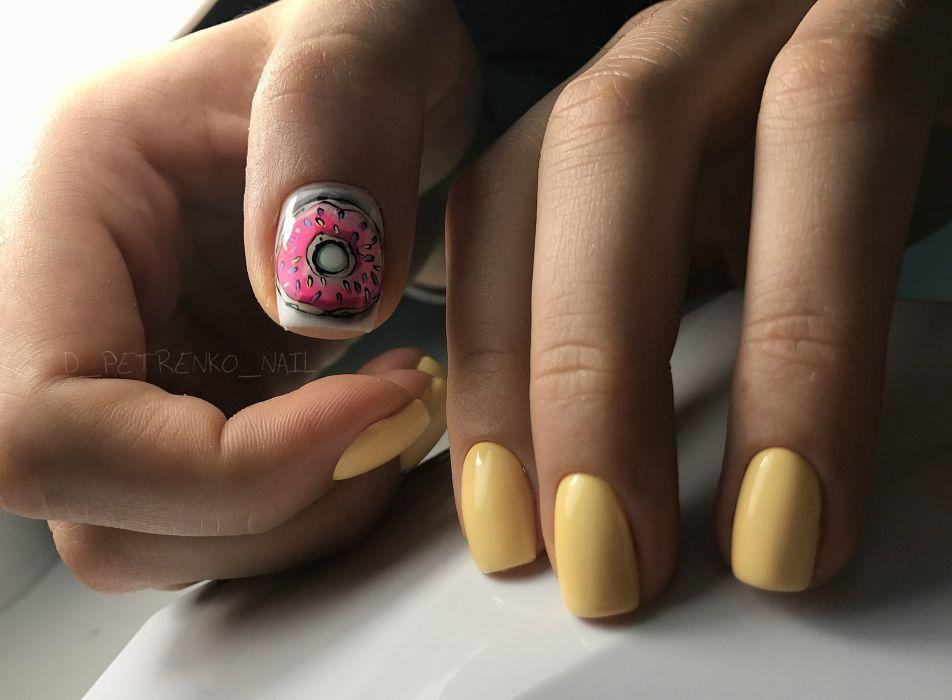 Желтый маникюр на короткие ногти