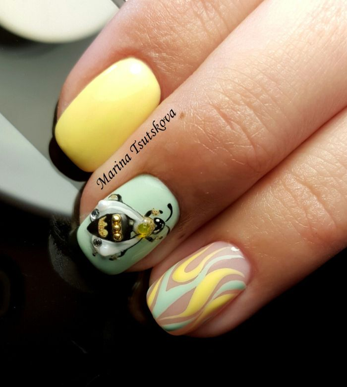 Желтый маникюр с пчелкой