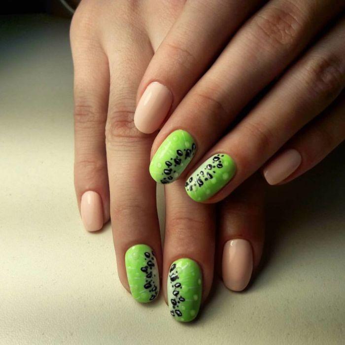 Бежево-зеленый маникюр