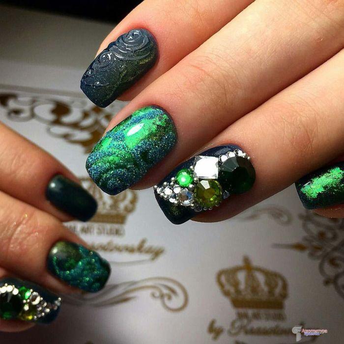 Зеленый маникюр с камнями