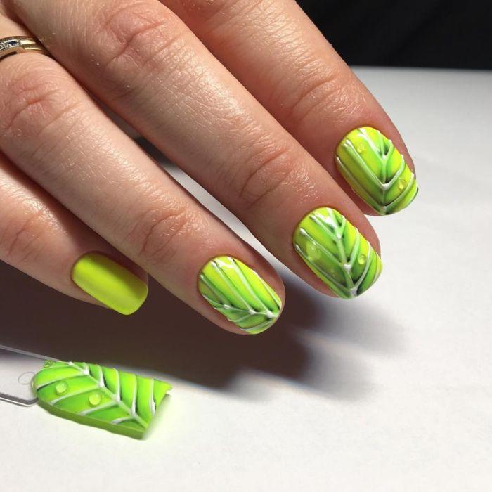 Зеленый маникюр с листьями и веточками