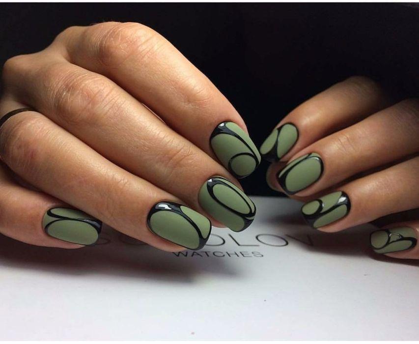 Зеленый маникюр с геометрическим рисунком