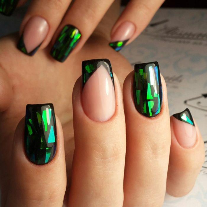Фото маникюра с битым стеклом в зеленых тонах