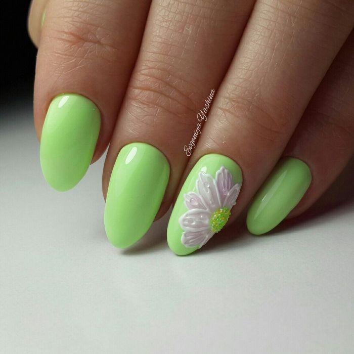 Весенний зеленый маникюр с цветами