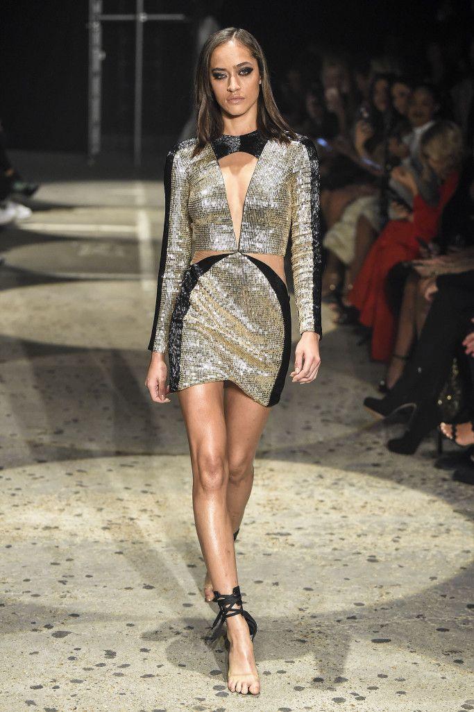 Платье расшитое золотыми паетками из коллекции Julien Macdonald