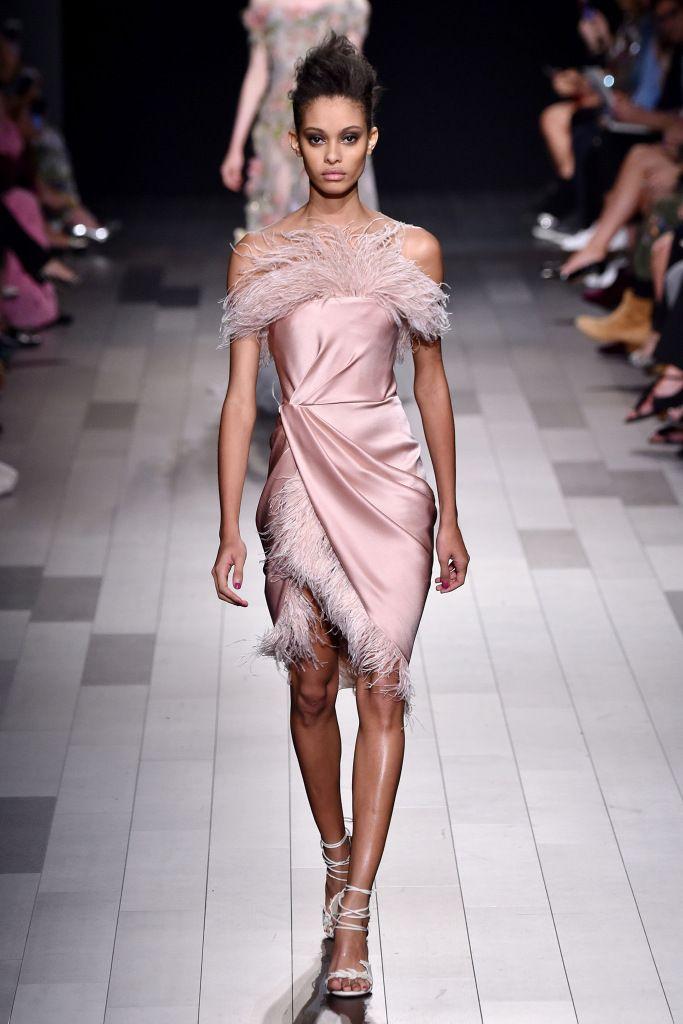 Модные платья с отделкой из перьев