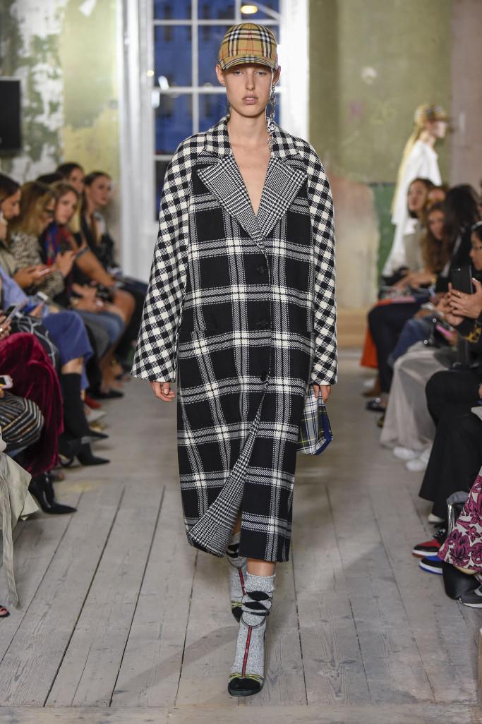 Модное пальто Burberry весна 2018
