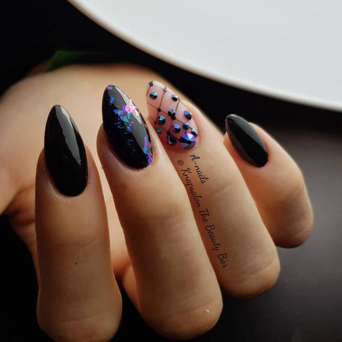 Маникюр с формой ногтей миндаль