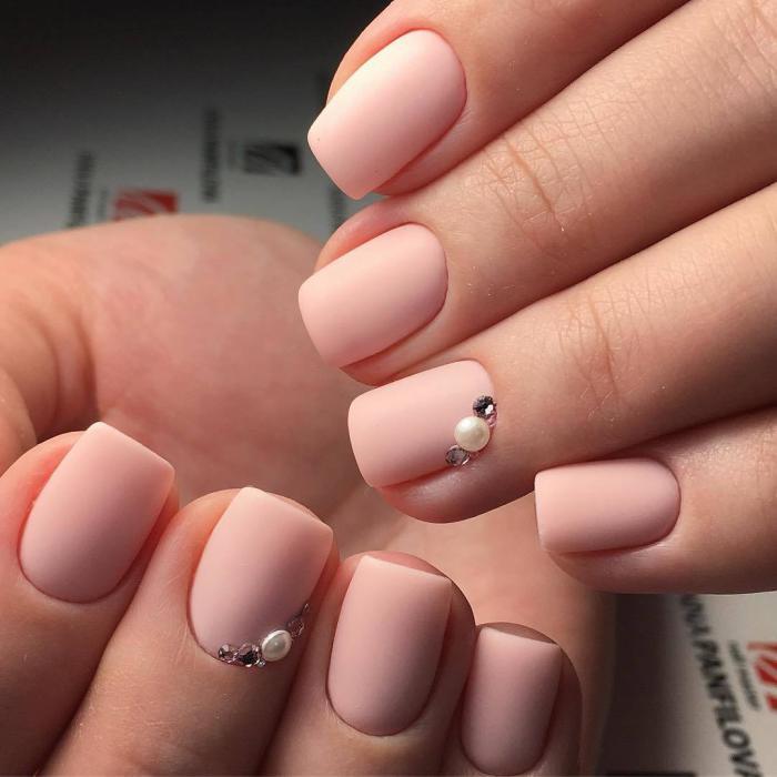 Дизайн коротких ногтей: маникюр нюд