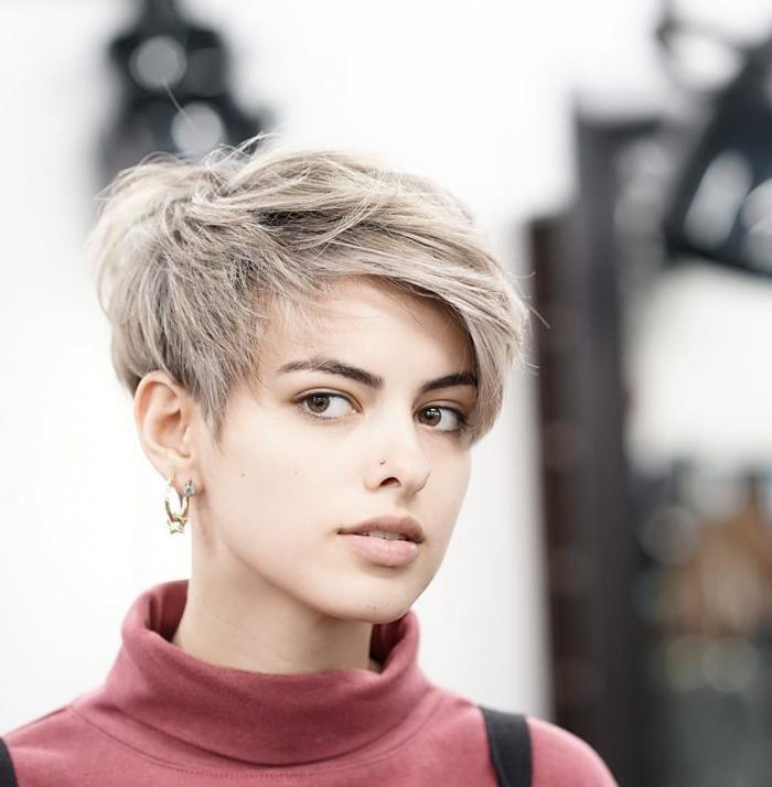 Короткие асимметричные стрижкидля светлых волос