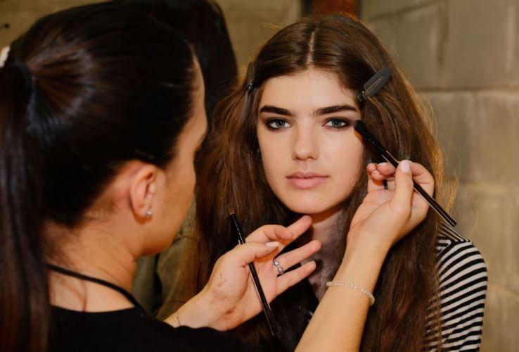Модный макияж с темными тенями