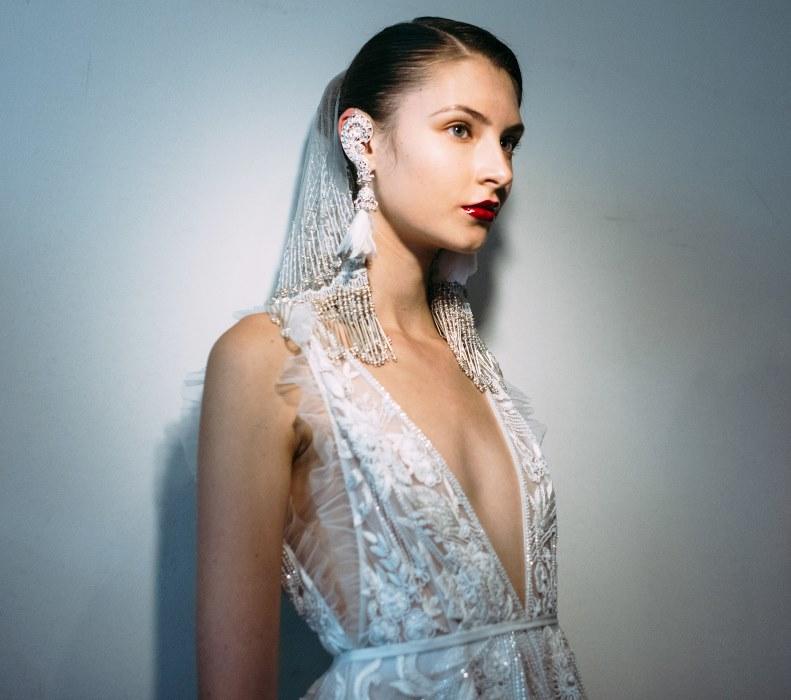 Свадебная прическа 2018 с пучком и фатой