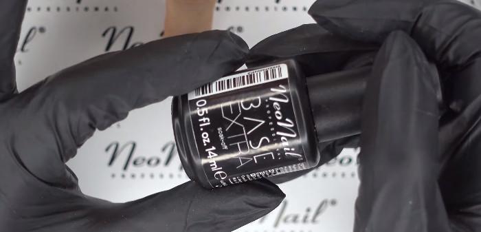 Пошаговое фото к инструкции по укреплению ногтей гелем под гель-лак: нанесение базы