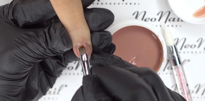 Пошаговое фото к инструкции по укреплению ногтей гелем под гель-лак: работа с гелем