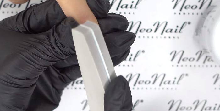 Пошаговое фото к инструкции по укреплению ногтей гелем под гель-лак: придание шероховатости