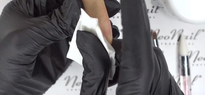 Пошаговое фото к инструкции по укреплению ногтей гелем под гель-лак: обезжиривание