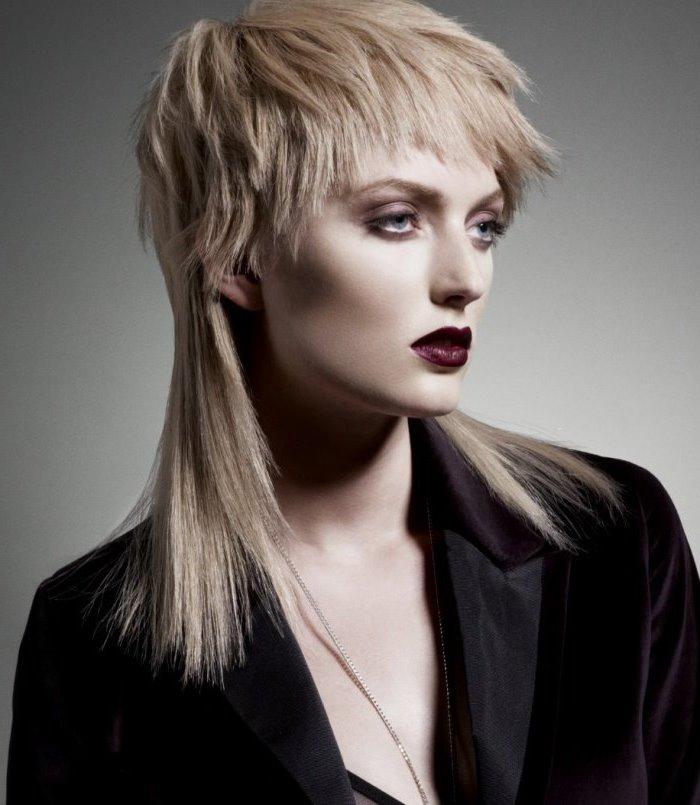 Волосы при этом виде стрижки для средней длины кажутся, скорее, короткими.