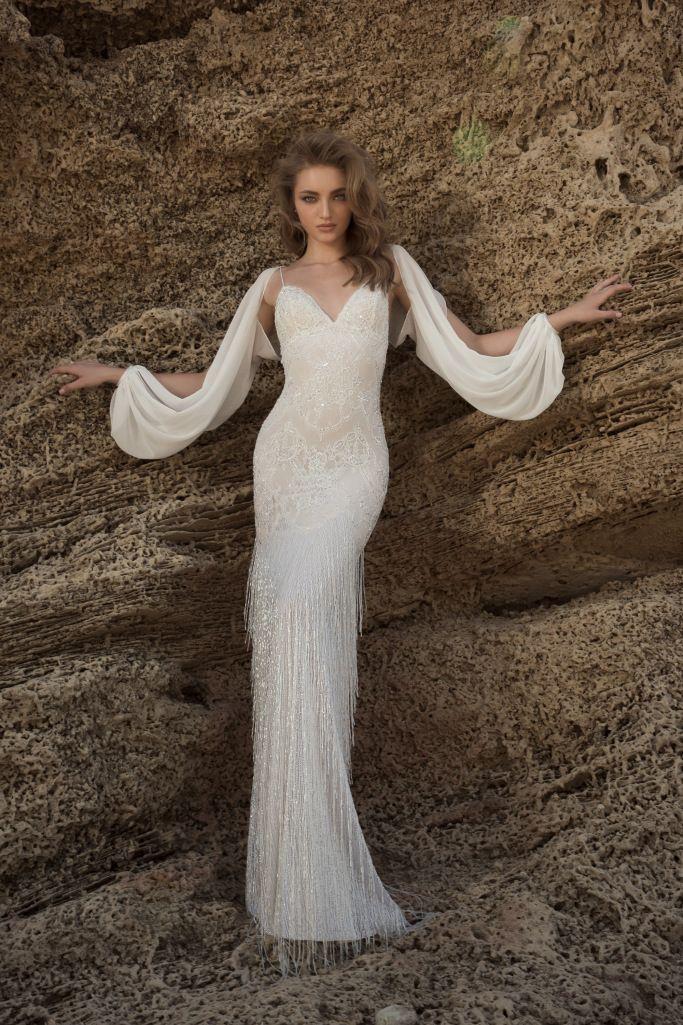 Модель свадебного платья с рукавами в греческом стиле