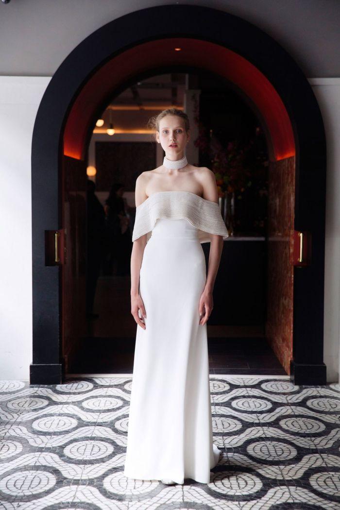 Платье с открытыми плечами и рукавом