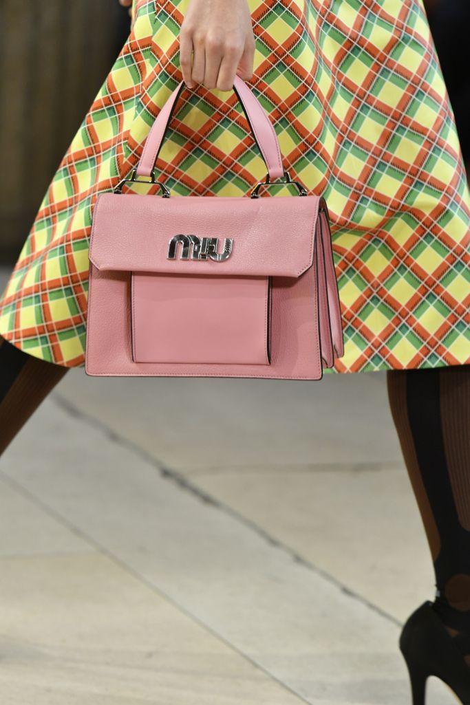 Модные цвета женских сумок на лето