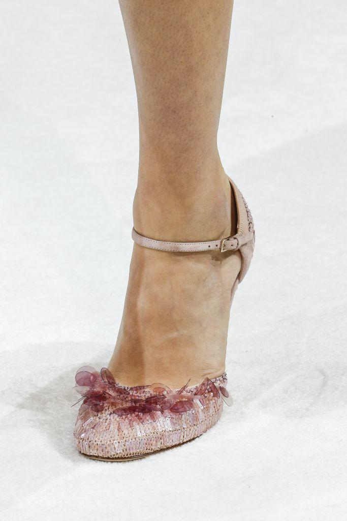 Модные розовые туфли Valentino