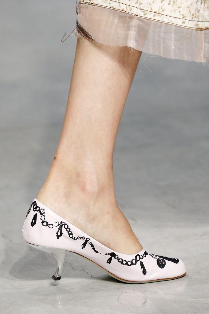 Модные белые туфли