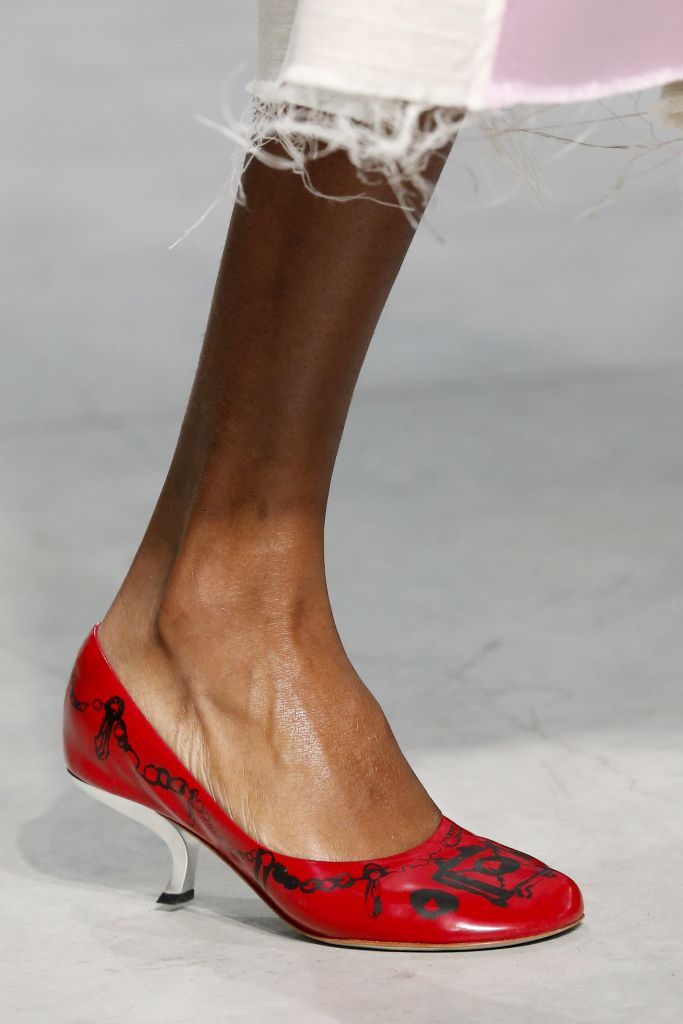 Модные красные туфли