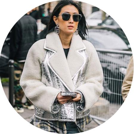 С чем носить серебристую куртку металлик: модные образы