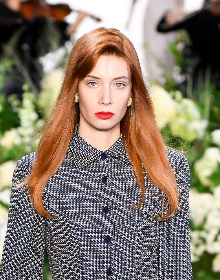 Модная женская прическа 2019 года