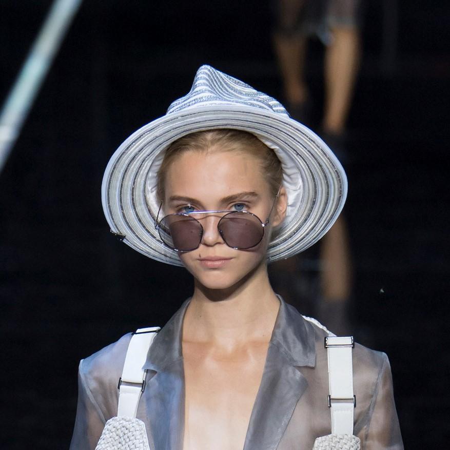 Модные женские головные уборы 2019 года. Emporio Armani