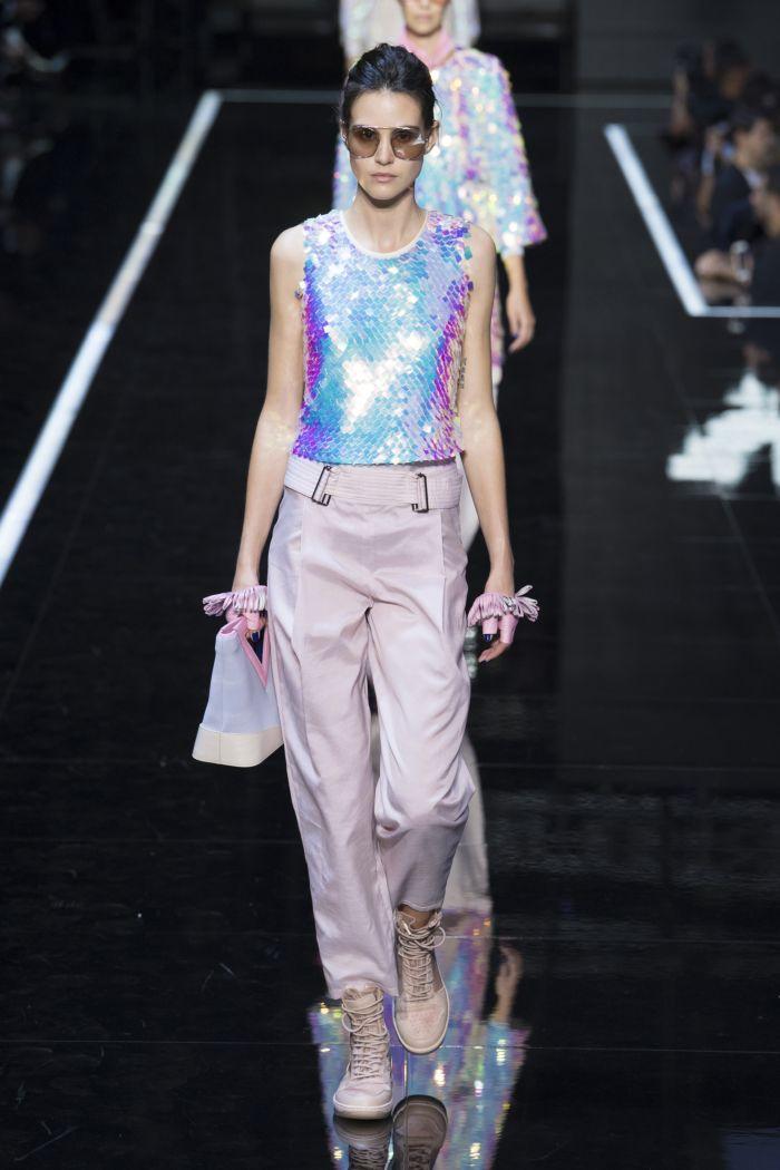 Модный топ с паетками Emporio Armani
