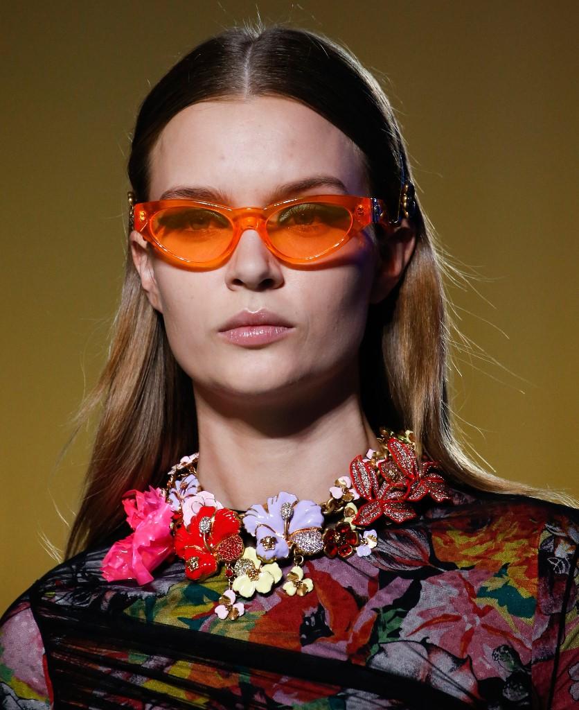 Девушка в затемненных очках