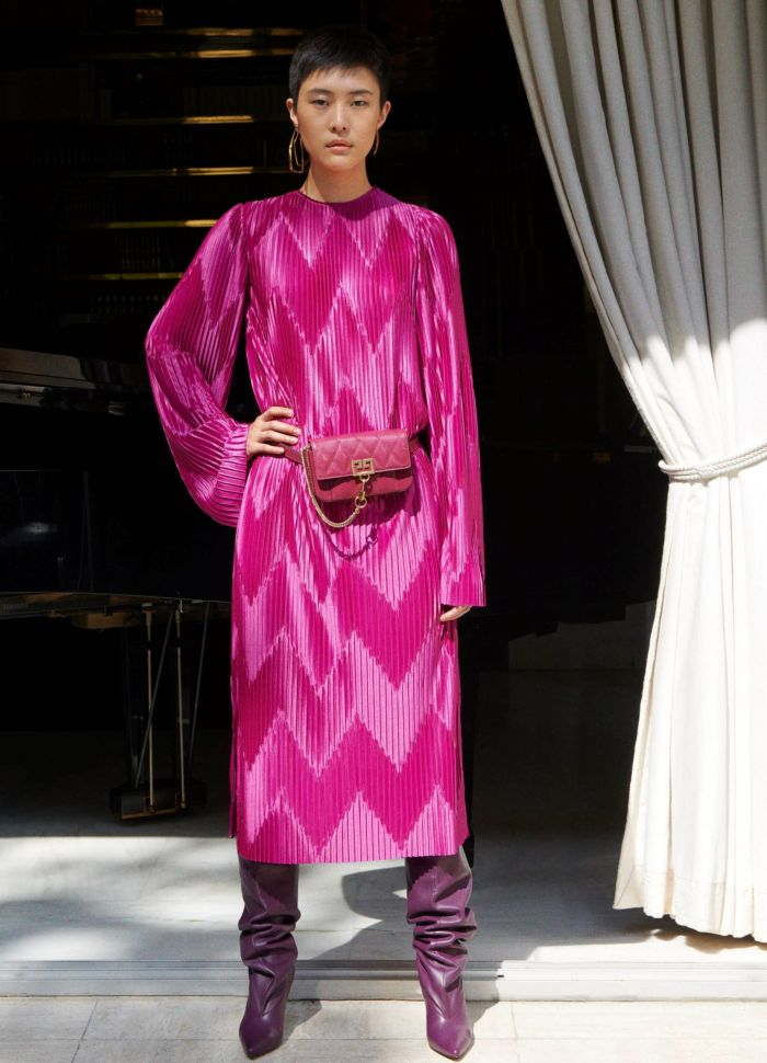 Ярко-розовое платье с поясной сумкой. Коллекция Givenchy