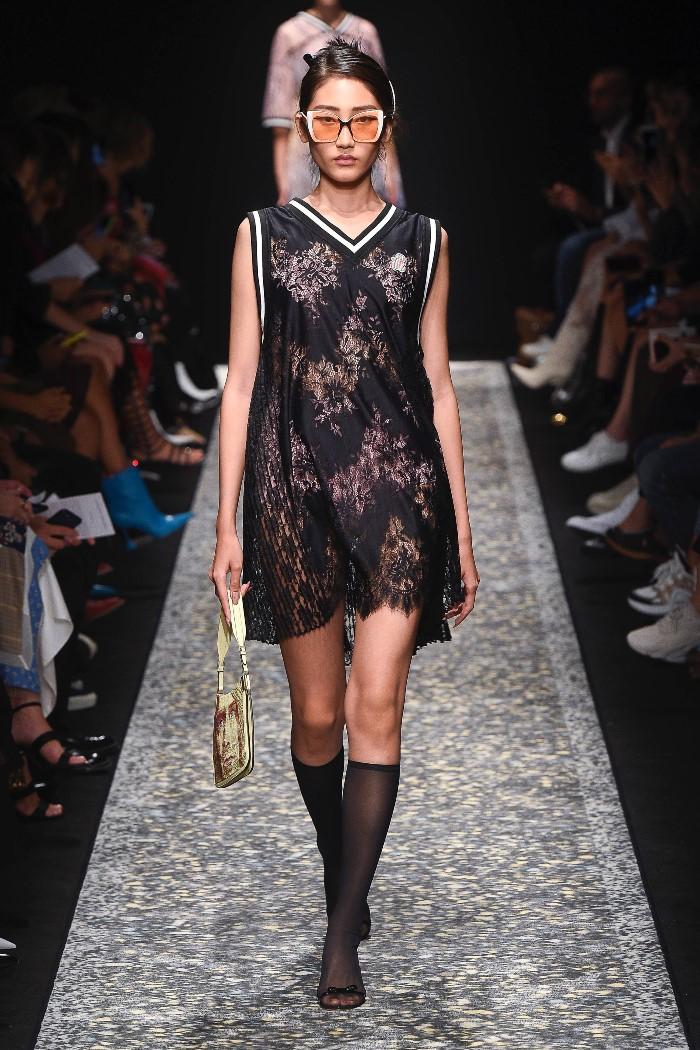 С чем носить черное кружевное платье Marco de Vincenzo