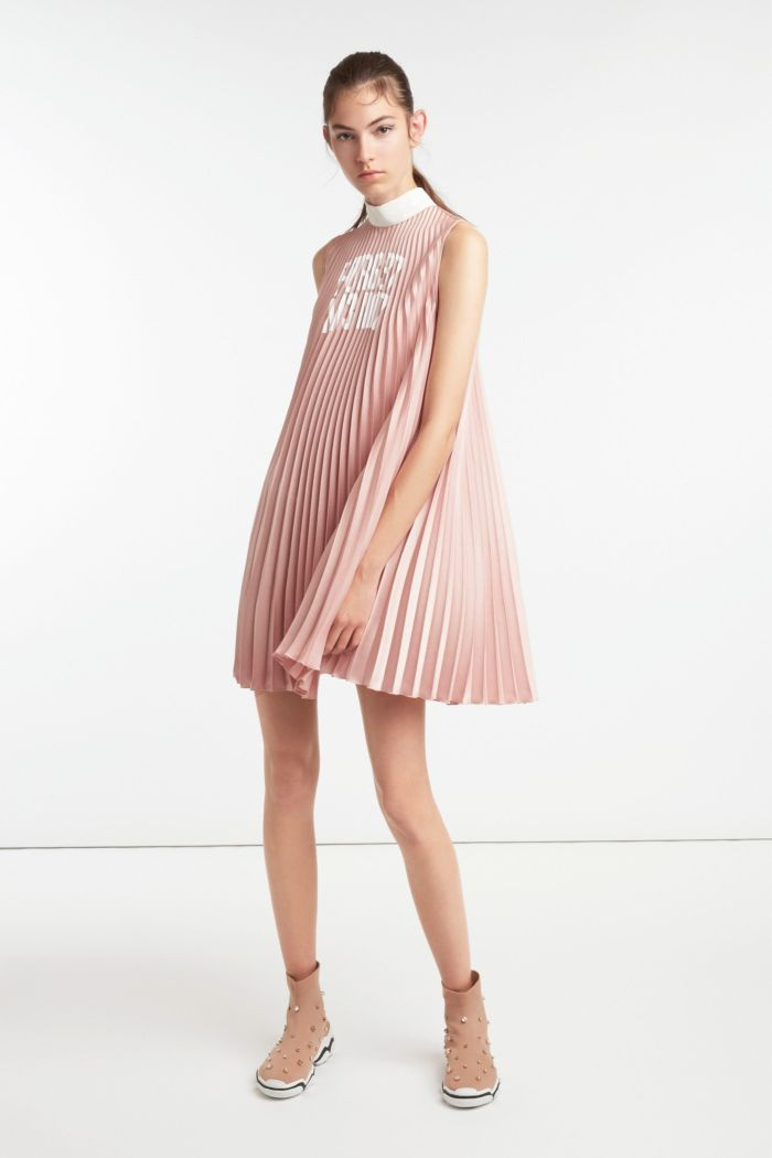 Модное короткое розовое платье плиссе. Коллекция Red Valentino