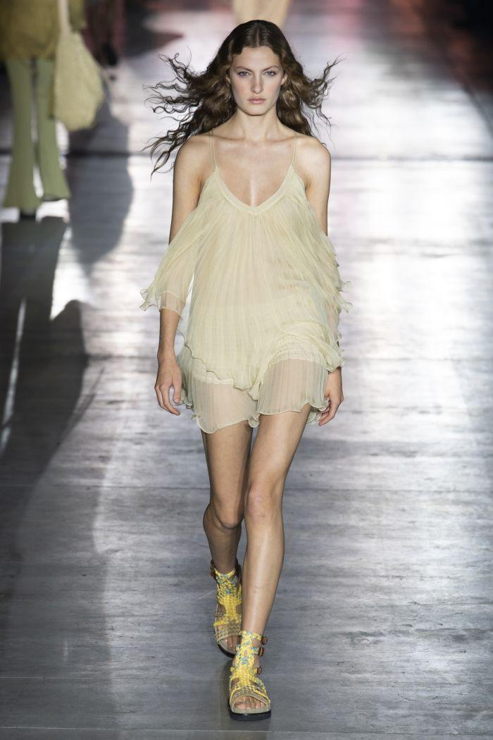 Короткое шифоновое платье бежевого цвета от Alberta Ferretti