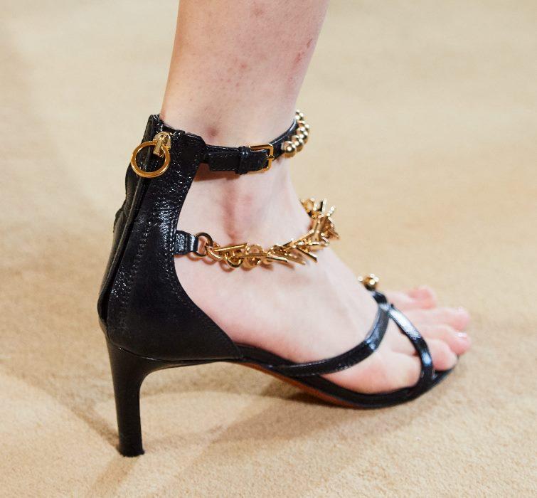Модные туфли Altuzarra к коралловому платью