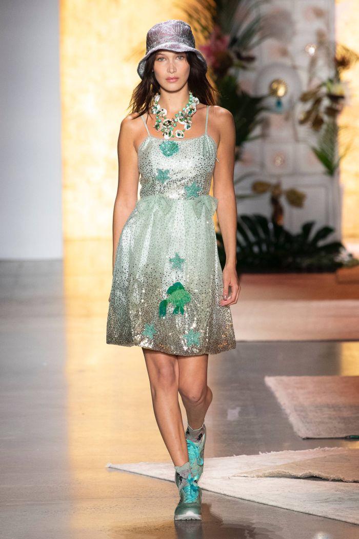 С чем носить модное серое платье. Образ из коллекции Anna Sui