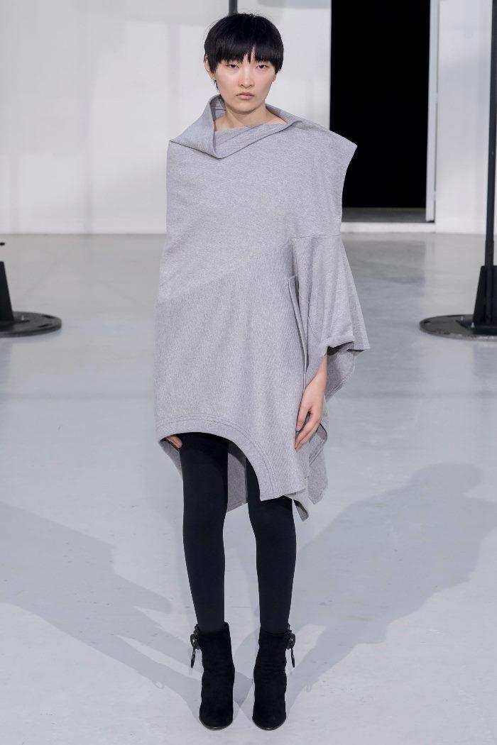 Модное серое платье с серыми колготками Anrealage