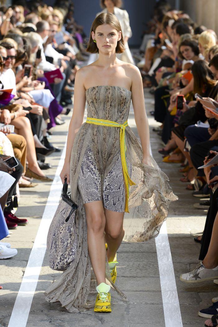 Модное бежевое платье с анималистичным принтом Blumarine