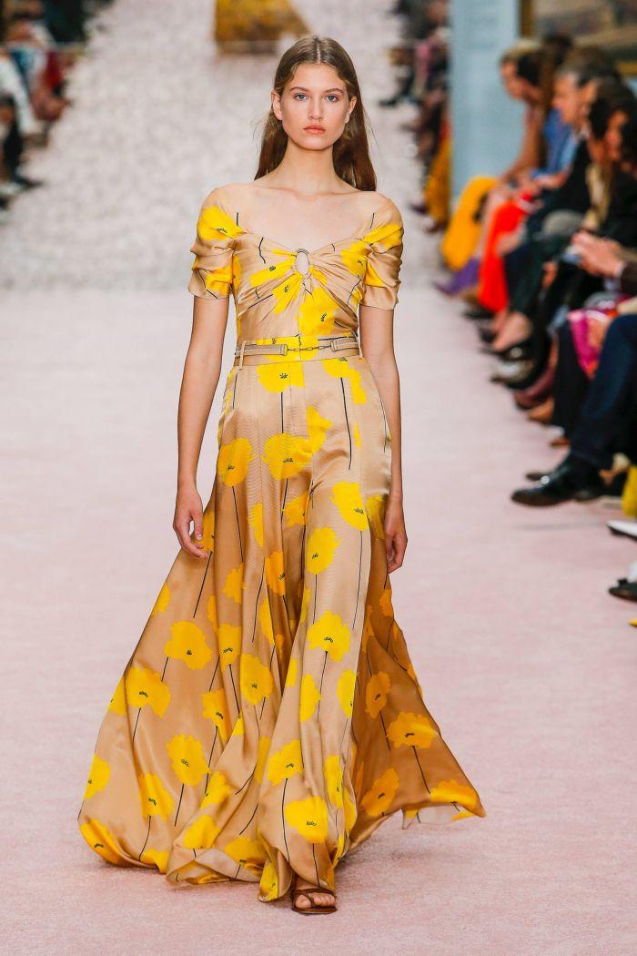Длинное бежевое платье с желтыми цветами Carolina Herrera