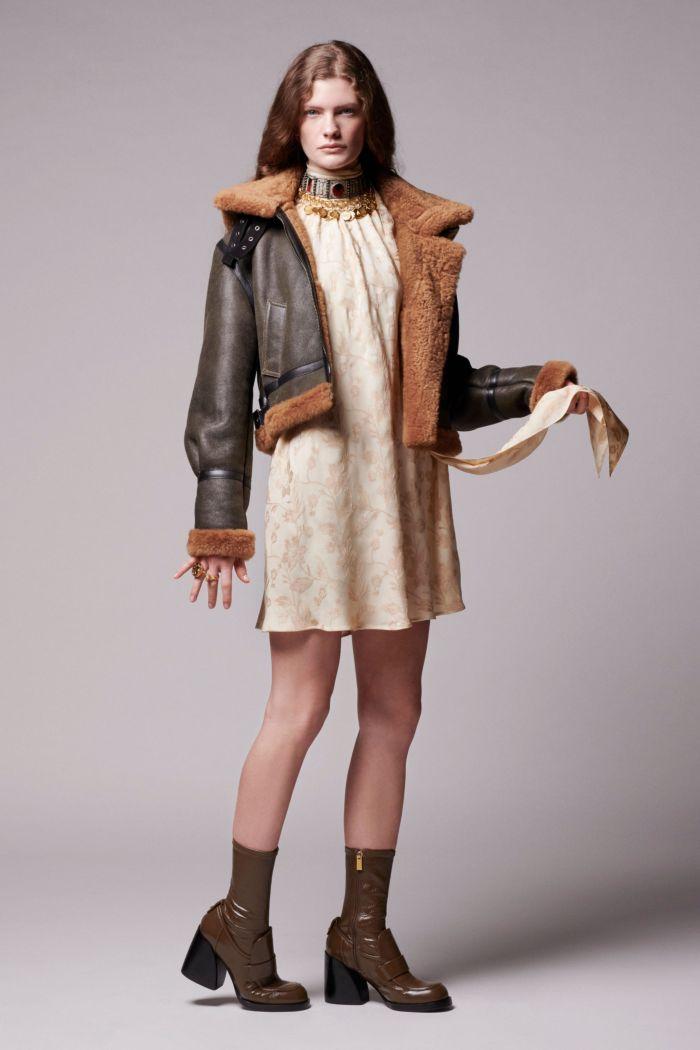 С чем носить бежевое платье. Образ из коллекции Chloé