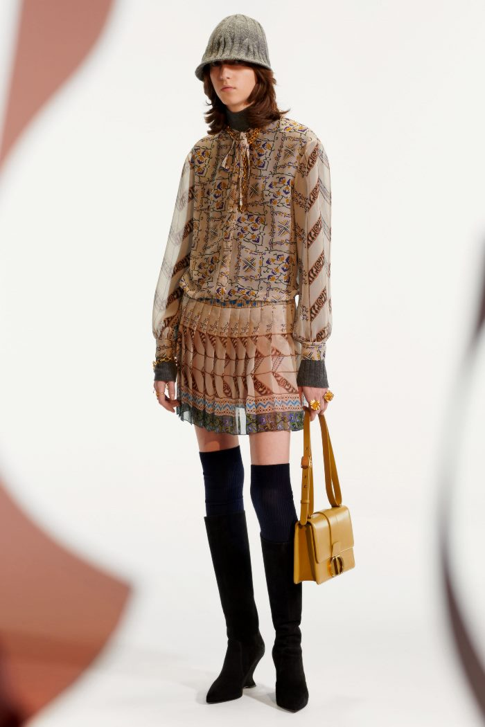 С чем носить бежевое платье. Образ из коллекции Christian Dior