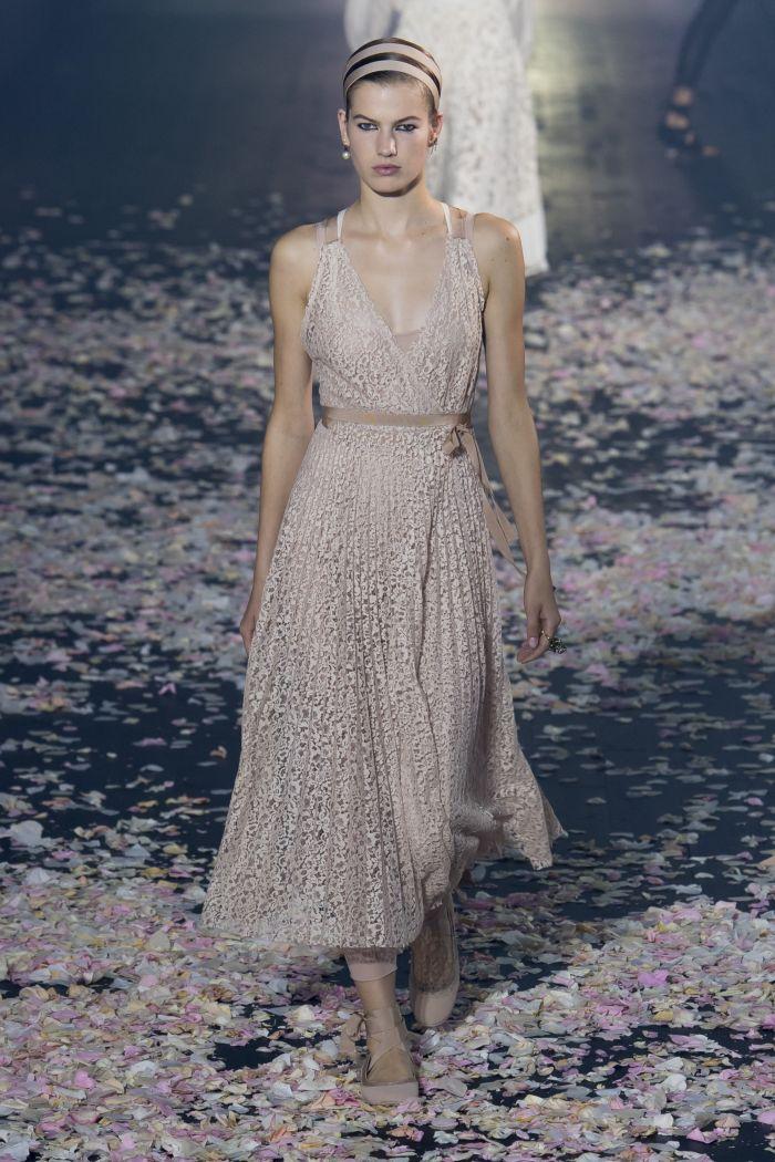 Длинное бежевое платье Christian Dior