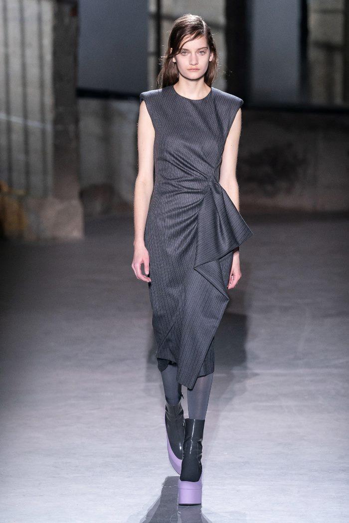 Модное серое платье-футляр Dries Van Noten