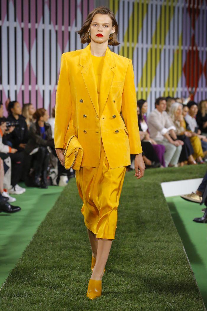 Модное желтое платье Escada