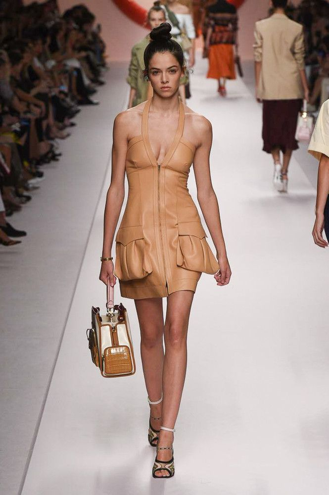 Модное бежевое кожаное платье Fendi