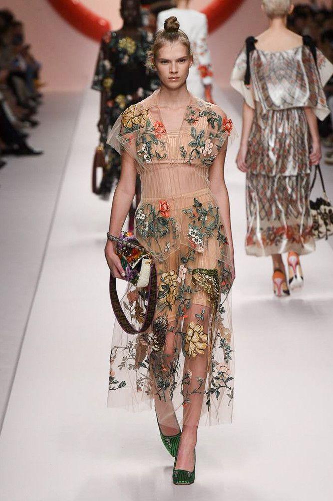 С чем носить бежевое платье. Образ из коллекции Fendi