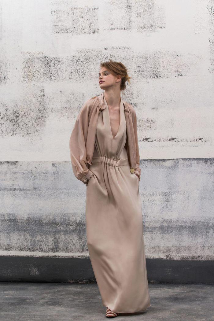 С чем носить бежевое платье. Образ из коллекции Giorgio Armani