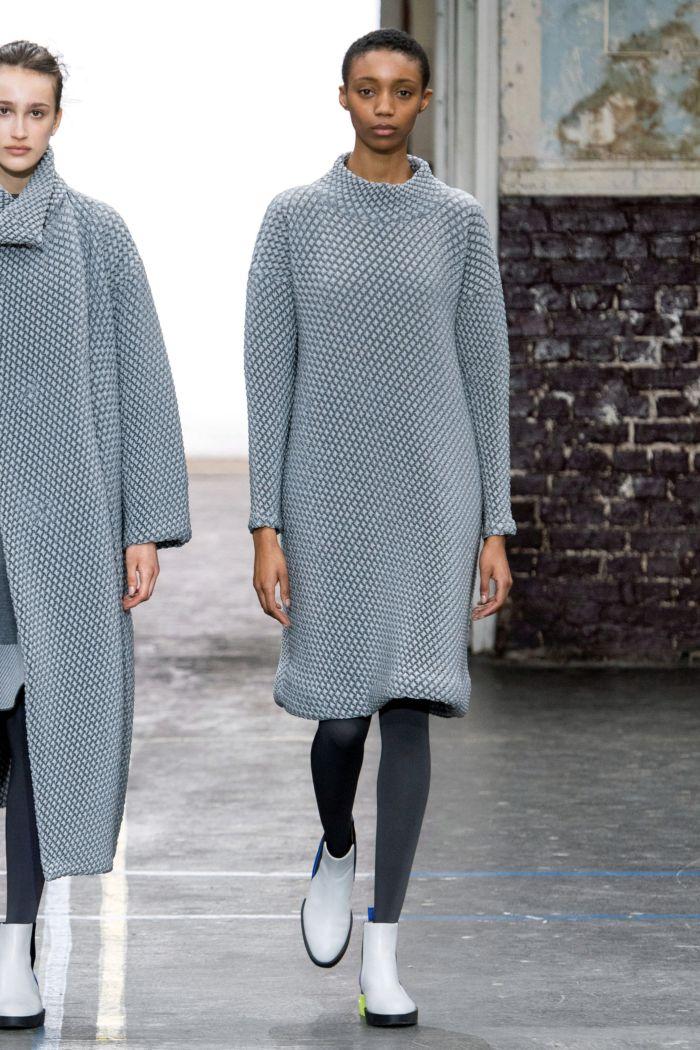 С чем носить модное серое платье. Образ из коллекции Issey Miyake